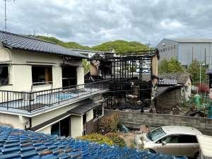 空き家横で火災